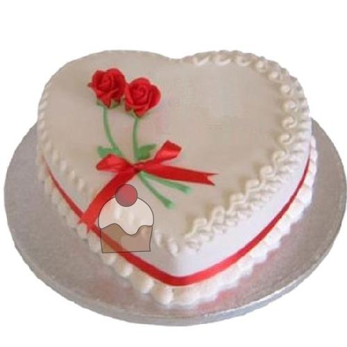 Torta A Forma Di Cuore Con Crema E Ricoperta Di Panna