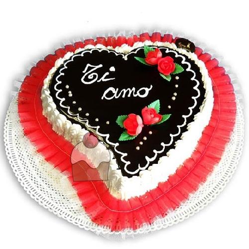 Torta A Forma Di Cuore Con Cioccolato E Panna