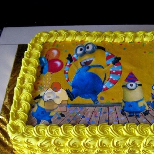Simpaticissima Torta Per Compleanno Decorata Con Panna Gialla E Una