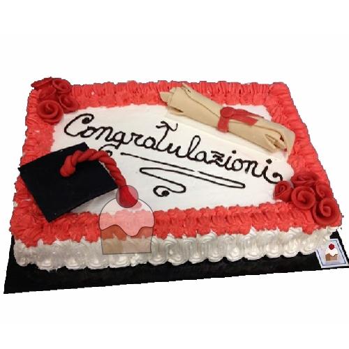 Torta rettangolare per laurea contornata di panna e decorata con elementi  che ricordano l\u0027evento.